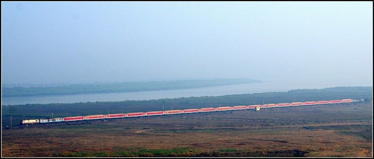 A very distant shot capturing the full straight length of the August Kranti Rajdhani Express!