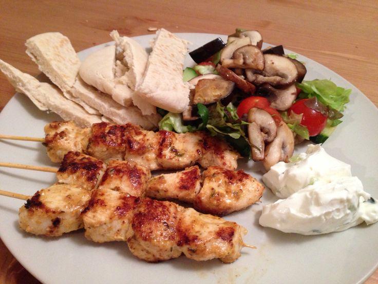 Kip gyros (gemarineerd met gyros kruiden, citroen, mosterd), tzatziki, pita, salade met gegrilde aubergine en champignons.