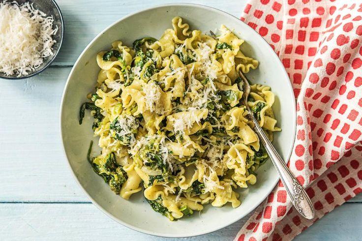 Deze maaltijd is een echte doordeweekse pasta. Lekker snel klaar en toch smaakvol door de groene pesto en parmigiano reggiano. De kaas ontvang je in de vorm van een blokje, dan kun je hem naar eigen wens grof of fijn raspen.