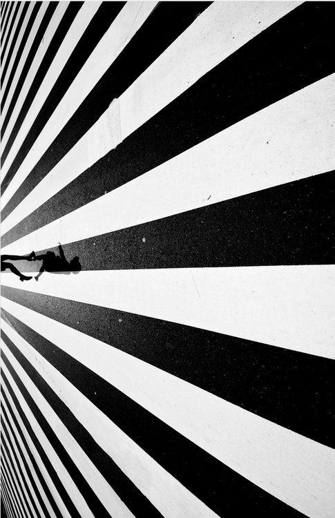 Photo noir et blanc d'un passage piéton et bas d'une silhouette humaine à 90° connotation direct, signe distinctif, on sait directement que cet endroit est fait traversé, c'est une EVIDENCE (culture)