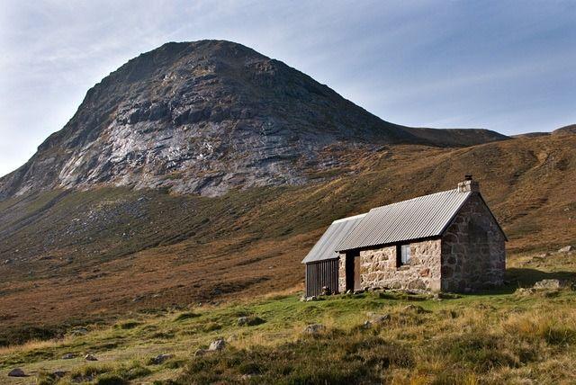 De Schotse Hooglanden geven hun toeristische geheimen prijs. Voor het eerst zijn alle beschikbare berghutten gebundeld in een boek.