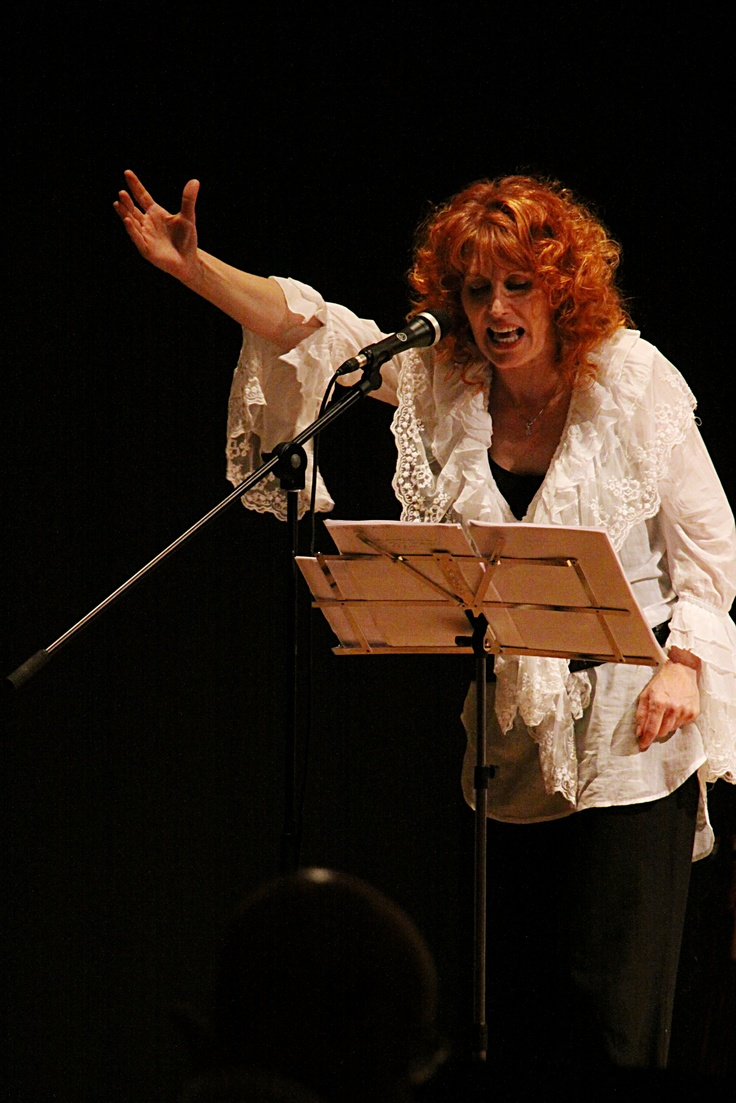 """Marina de Juli racconta la storia di Franca: """"Il 9 marzo 1973 Franca Rame fu sequestrata da cinque uomini, costretta a salire su un furgone all'interno della quale fu torturata e violentata. Come si sa, Franca è riuscita a raccontare la violenza subita in un monologo intitolato """"Lo Stupro"""", che inserì nello spettacolo """"Tutta casa, letto e chiesa"""". La sera del 9 marzo 1973, alla notizia dell'avvenuto stupro, qualcuno a Milano gioì: era il generale Palumbo, comandante della divisione…"""