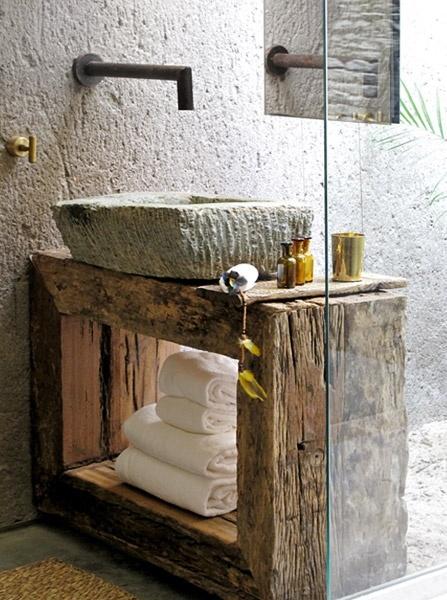 lavandino in pietra con base di legno rustica