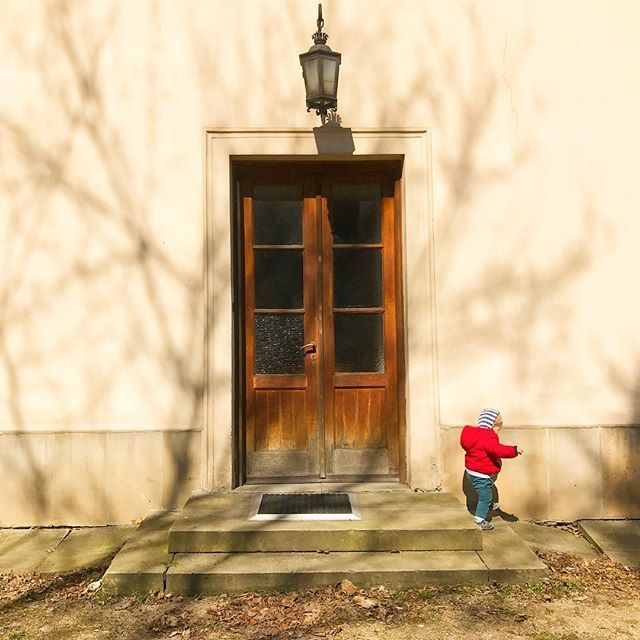 Being outside is what I love. #getoutside #door #familytrip #familyweekend #composition #architecturephotography #bloggingmom #blogger #simple #travellingwithkids #momslife #sahmlife #wahm #blogerka #matkablogerka