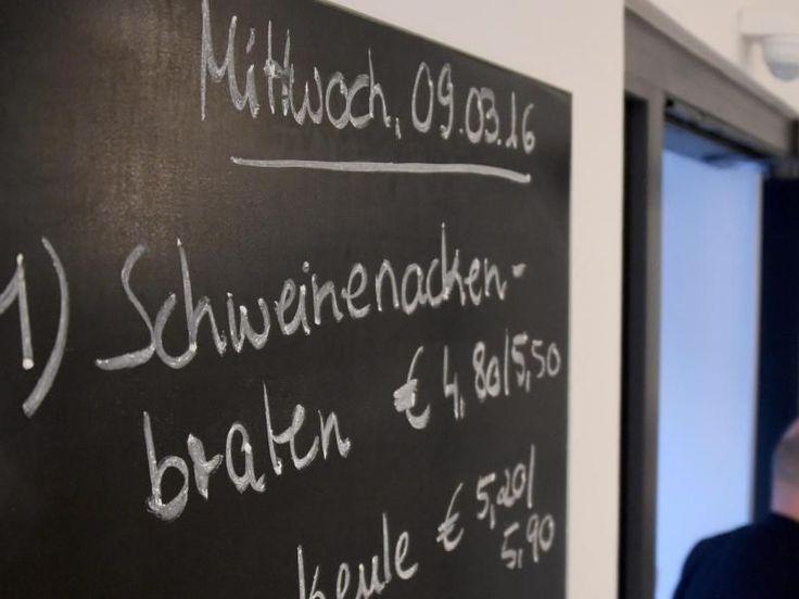 Bundesernährungsminister Christian Schmidt hat davor gewarnt, Schul- oder Kantinenessen aus Rücksicht auf Muslime einzuschränken: «Ich nehme es mit Besorgnis wahr, dass Schweinefleisch in Schulen und Kantinen vom Speiseplan genommen wird».