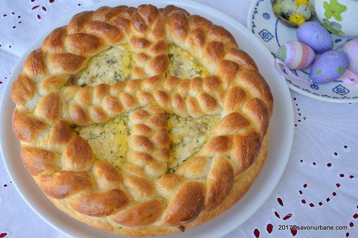 Pasca cu branza sarata si ceapa verde este perfecta pentru masa de Pasti. O placinta din aluat dospit, frumos impletita si decorata, umpluta cu branza de