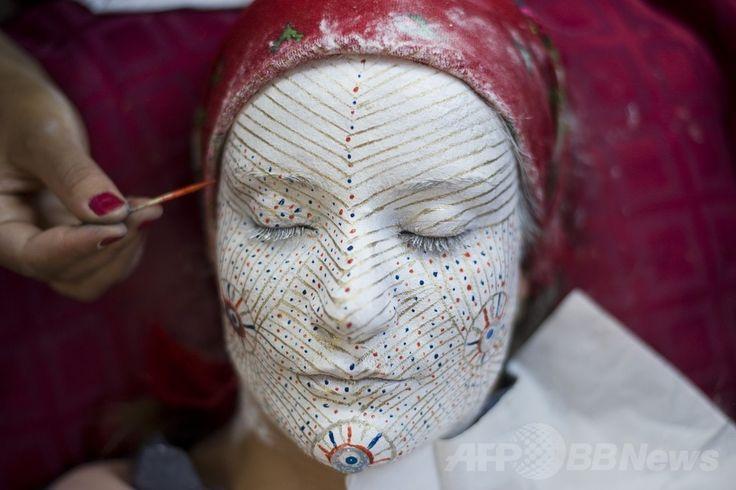 コソボ首都プリシュティナ(Prinstina)の民族学博物館(Ethnological Museum of Prinstina)で、伝統的な結婚式で花嫁が施す化粧をしたボスニア人の女性(2014年7月2日撮影)。(c)AFP/ARMEND NIMANI ▼4Jul2014AFP|コソボの伝統的な花嫁メイク、民族学博物館 http://www.afpbb.com/articles/-/3019662 #Ethnological_Museum_of_Prinstina