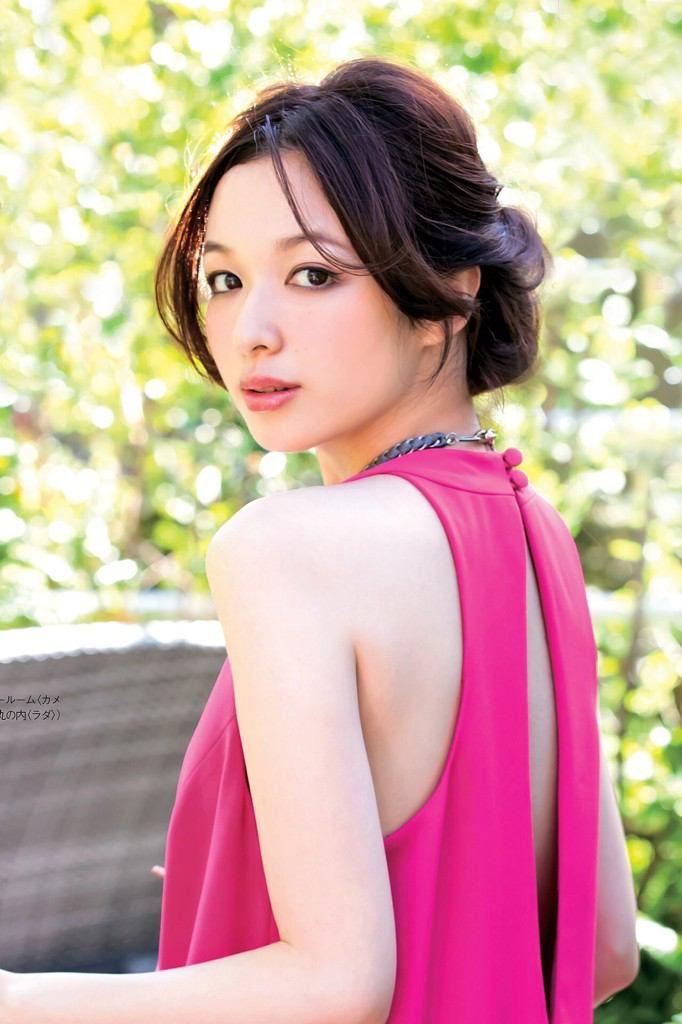 ピンクのドレスの森絵梨佳