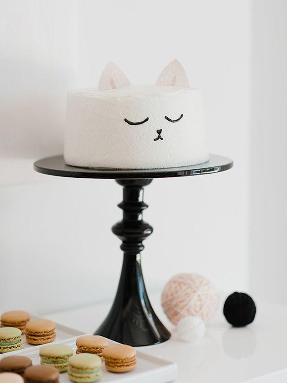 Un gâteau en forme de tête de chat