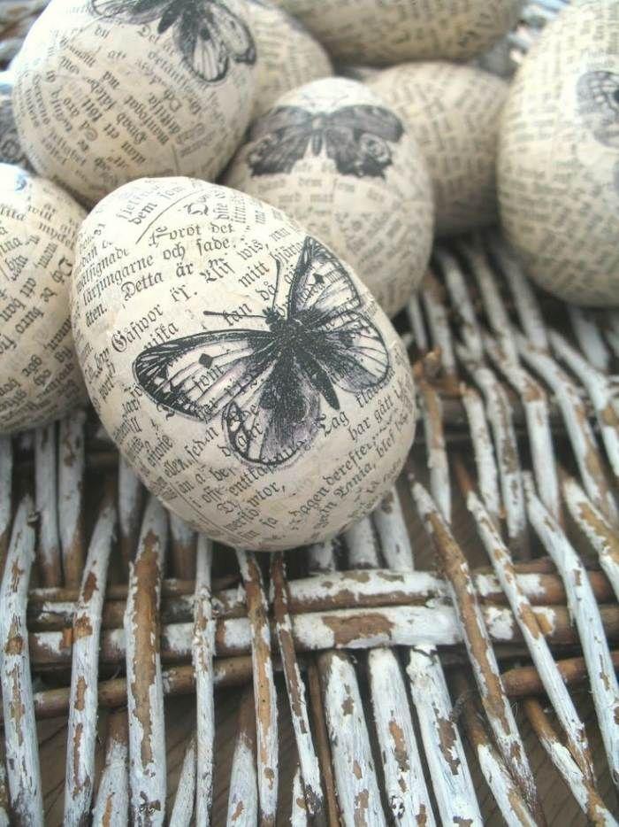 œufs de Pâques vintage décorés à l'aide d'un journal et des papillons
