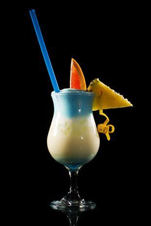 Rezept für den Swimming Pool, einen Cocktail von leuchtend blauer Farbe.