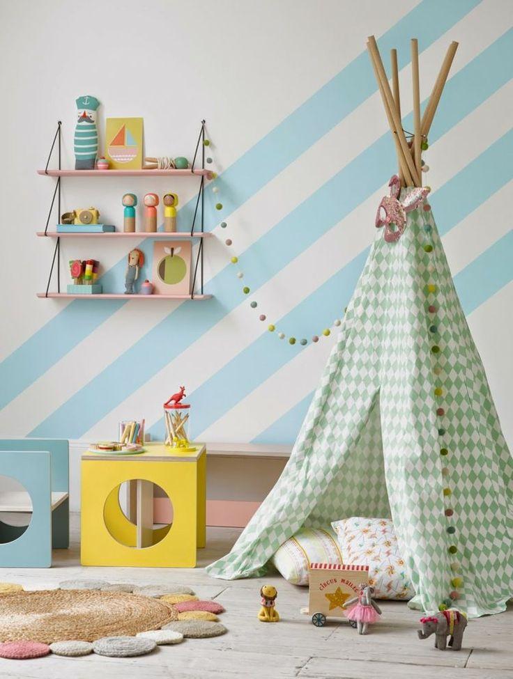 Spielecke im Kinderzimmer - Zelt und kleiner Tisch