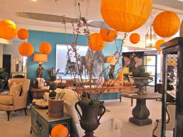 Оранжевые бумажные фонарики — отличное украшение для вечеринки.