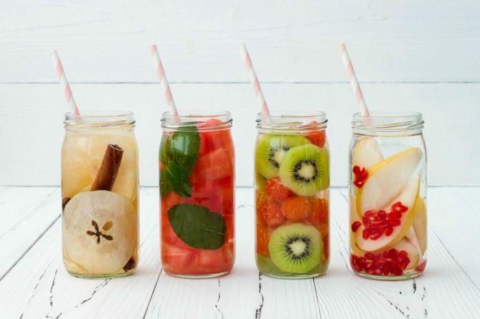 Découvrez la grande variété des recettes à eau aromatisée pour rester hydraté tout en détoxifiant votre corps naturellement.