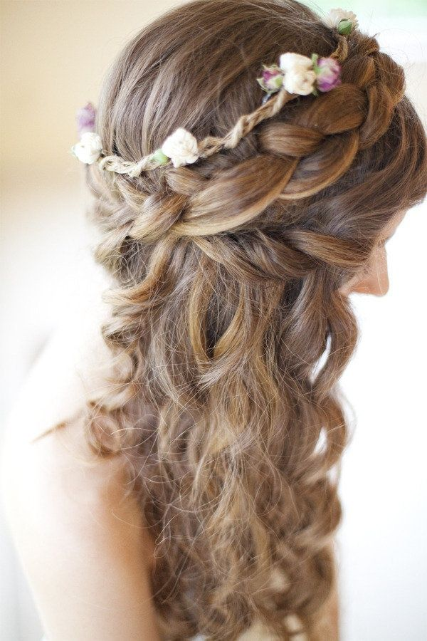 Recogido de trenza y guirnalda de flores en parte superior de la cabeza con cabello suelto lateral