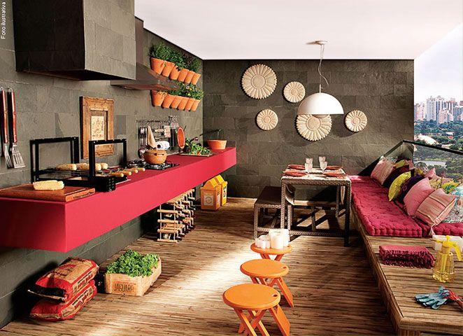 O colorido da decoração faz um contraste lindo com as paredes escuras, e deixa o espaço gourmet super convidativo.