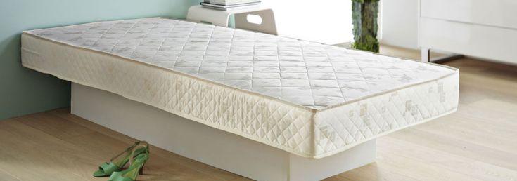 Beheers jij de kunst van het reinigen van je matras? Zo niet, dan wil je zeker deze gids lezen waarin enkele tips worden gegeven over het reinigen van een matras. Lees meer over hoe je de levensduur van je matras kan verlengen, hoe vaak je jouw matras schoon moet maken en hoe je vlekken, vreemde geurtjes en vocht kan verwijderen met behulp van verschillende tips & tricks. Waarom zou je een matras moeten reinigen? Je matras is als een magneet voor vuil en stof. Daarnaast verliezen we elke n