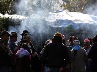 Wiñol xipantv. Antiguamente en todas partes los mapuche hacían Ngillatun para el día del Wetripantu. Entonces Ngünechen dejó al Sol, por esa razón está vivo el Sol, está vivo, tiene vida tiene mucha vida, y es al Sol que los mapuche le hacen Ngillatun, bailan los mapuche.