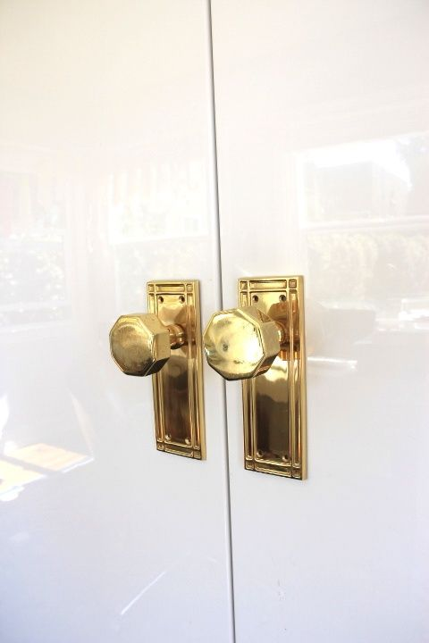 Gold door knobs on white lacquered doors. Love the 70's Eden Roc feel of these and that awesome lacquered door.♥