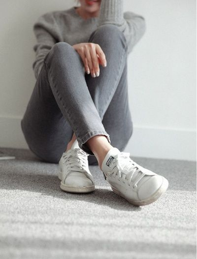 Total look gris + Stan Smith blanches