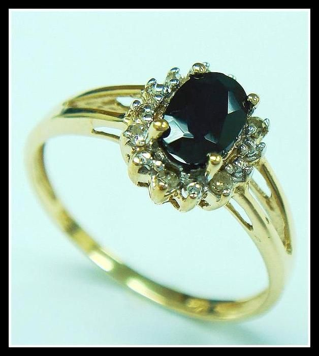 Catawiki online auction house: Gold ring with oval faceted Sapphire and 6 Diamonds