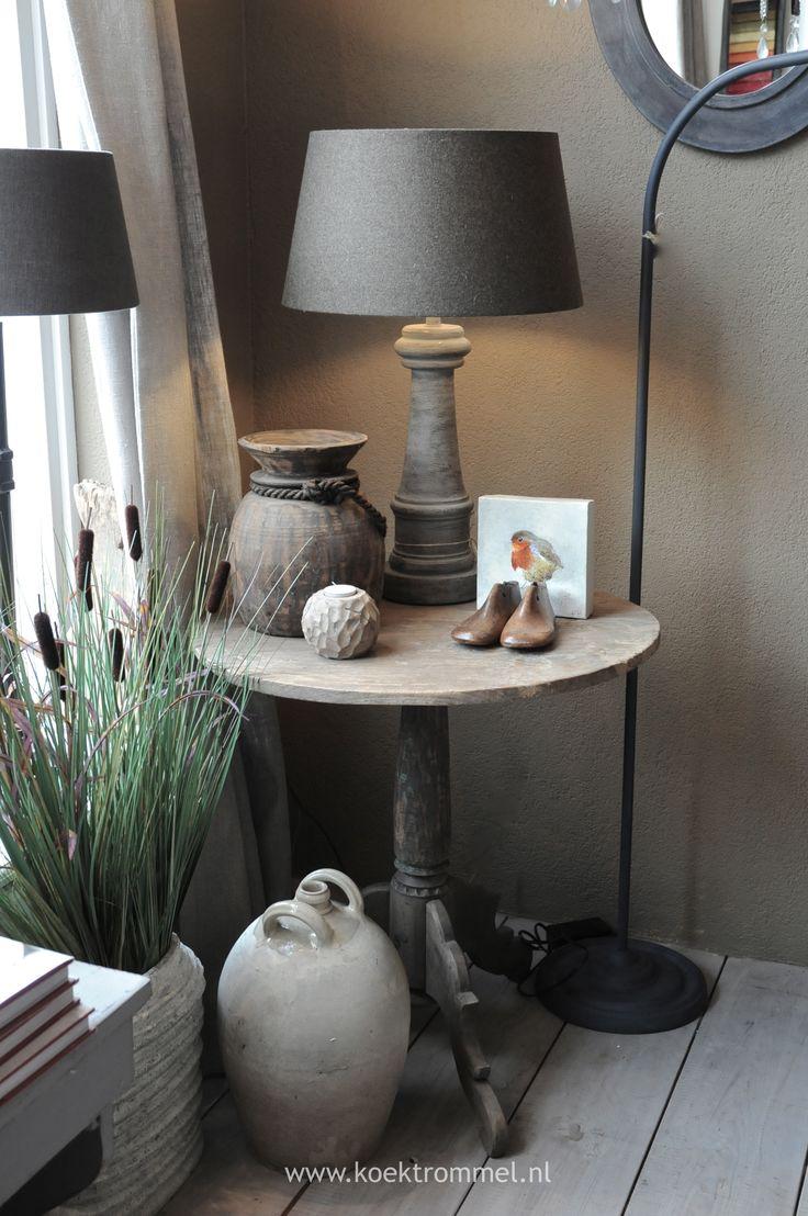 oud wijntafeltje met accessoires. Voor naast de bank of tussen de 2 oortjes-stoelen te zetten. Deze kleur op de muren en de grijze kleur voor bureau/tv.kast en boekenkasten. Ook deze kleur vergrijsde planken.Heel mooi samen