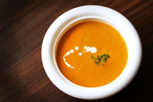 La crema di carote e yogurt light, che contrariamente a quanto potrebbe sembrare non è un dolce, rappresenta una ricetta perfetta per chi sia a dieta ma non solo: amanti delle vellutate, dovete ass...