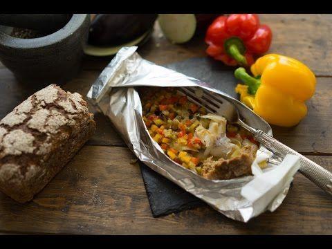 Белая рыба, запечённая с овощами в особых конвертах | Предлагаю приготовить филе белой рыбы с вариацией рататуя в особых конвертах, которые не просто красиво выглядят, но ещё их можно брать с собой на работу (никакие контейнеры не нужны). Скептически я подготовил овощи, сложил рыбу, собрал конверты и запёк всё в духовке. И вот оно то чувство, ради которого всё это начинаешь.