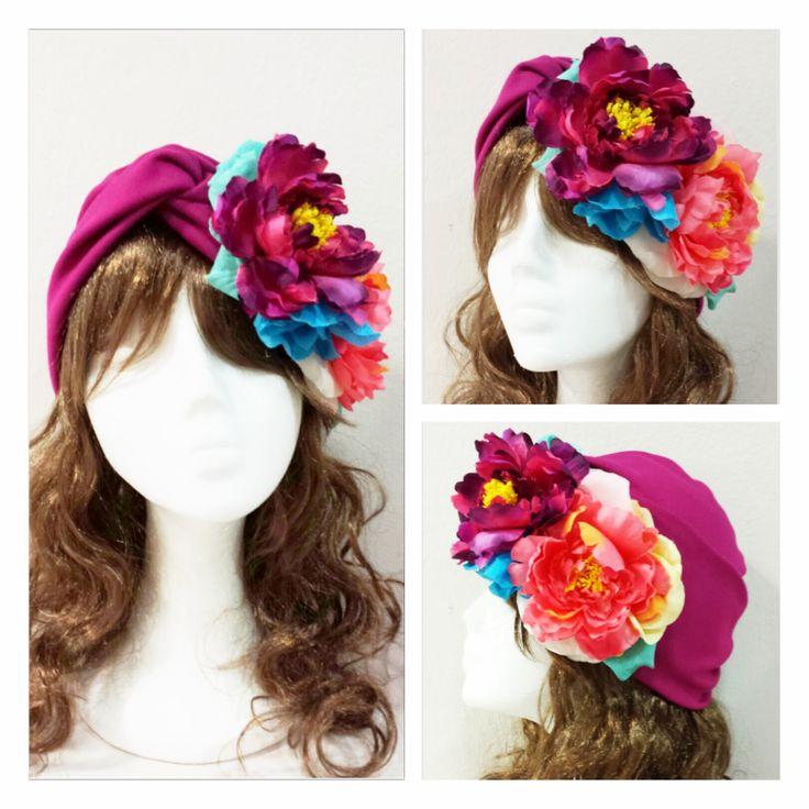 Tocados floripondio: Tocado turbante adornado con flores
