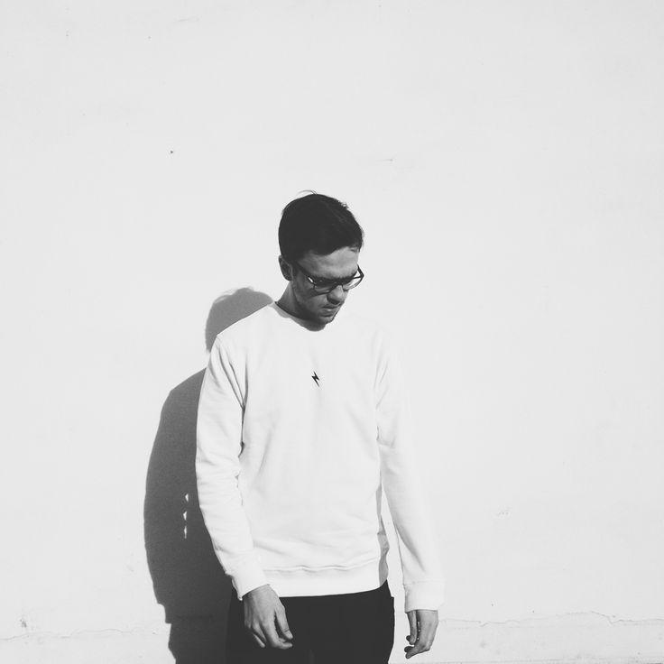 Klasyka CLEANT: biała bluza crewneck z czarnym piorunem na klacie!