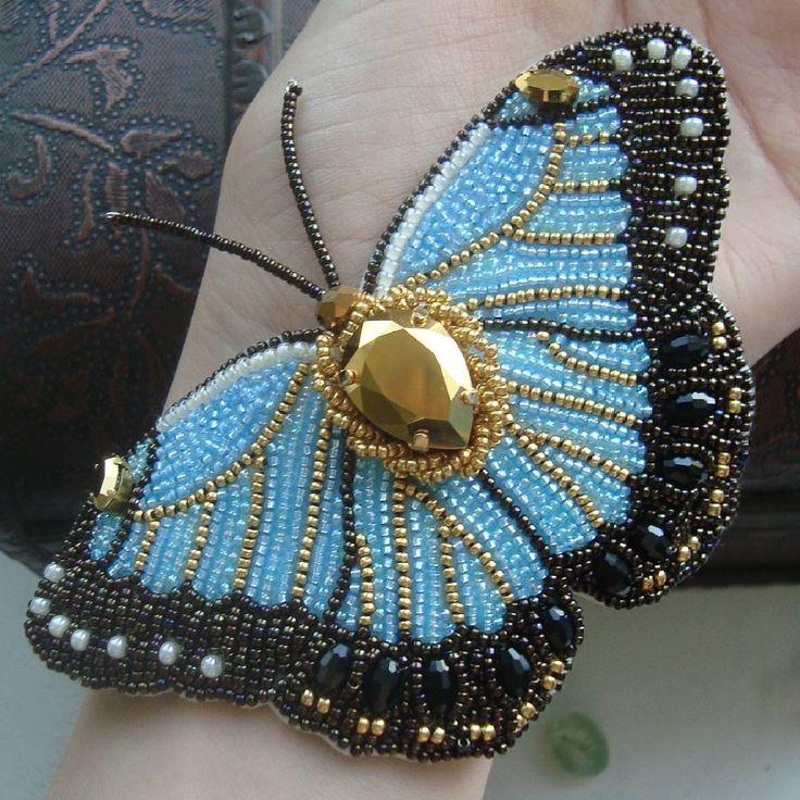 """А это бабочка, которая дополнила колье-кулон """"Paradise shine"""". Бабочка небесно-голубого цвета с золотистыми прожилочками, по центру золотой кристалл Сваровски, а края расшиты темно-бронзовым бисером объемно. Вышивка полностью мельчайшими японским бисером Миюки номер 15. По некоторым моим бабочкам есть МК, доступные к покупке - по каким? Смотрите и листайте более ранний пост фото с бордовой бабочкой. Спрашивайте подробнее в дирeкт или на ярмарке мастеров www.livemaster.ru/deomidova Также…"""