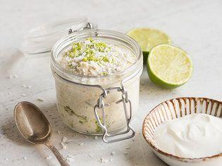 Oats mit Kokos und Limette Für 1 Portion 40 g Haferflocken 100 ml Mandelmilch 30 g Griechischer Joghurt 1 Esslöffel Stevia, flüssig 2 Limetten (unbehandelt) 1 Esslöffel Kokosraspeln