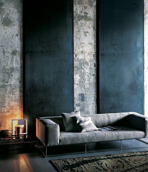 Un intérieur majestueux avec des murs en béton sur une belle hauteur de plafond