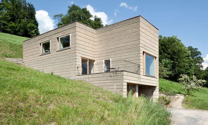 Martin Rauch v Česku ukazuje domy z dusané hlíny