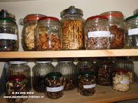 ERVARINGEN MET DE VOEDSELDROGER Voedseldrogers hebben veel voordelen. Hierbij valt te denken aan: Zelf drogen van fruit, groenten, bonen, bloemen, kruiden, paddenstoelen, vlees en vis.   Minder verspilling van voedsel. Eenvoudige aanvulling van de voedselvoorraad. Verlenging van de houdbaarheid van de voedselvoorraad. Zelf gezonde snacks maken, zoals gedroogde appelschijfjes, mueslirepen en fruitrollen/fruitgums.