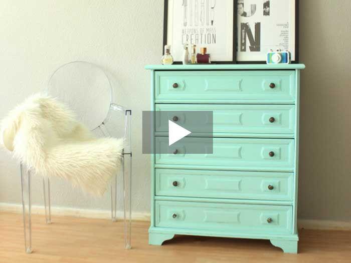 Alte Möbel aus Omas Zeiten – wie die schöne Kommode, der niedliche Beistelltisch oder das hübsche Küchenregal – haben ihren eigenen Charme. In diesem Video-DIY zeigt Dir Style Kitchen, wie Du Möbel neu lackierst.