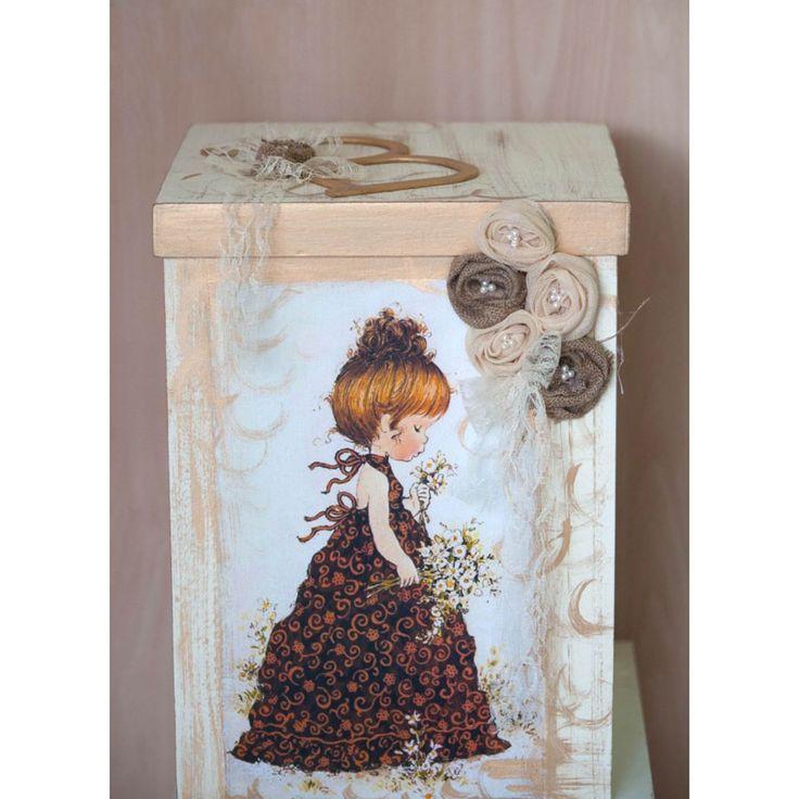 Χειροποίητο Ξύλινο Κουτί Βάπτισης σε Vintage στυλ με κοριτσάκι που κρατάει λουλούδια.