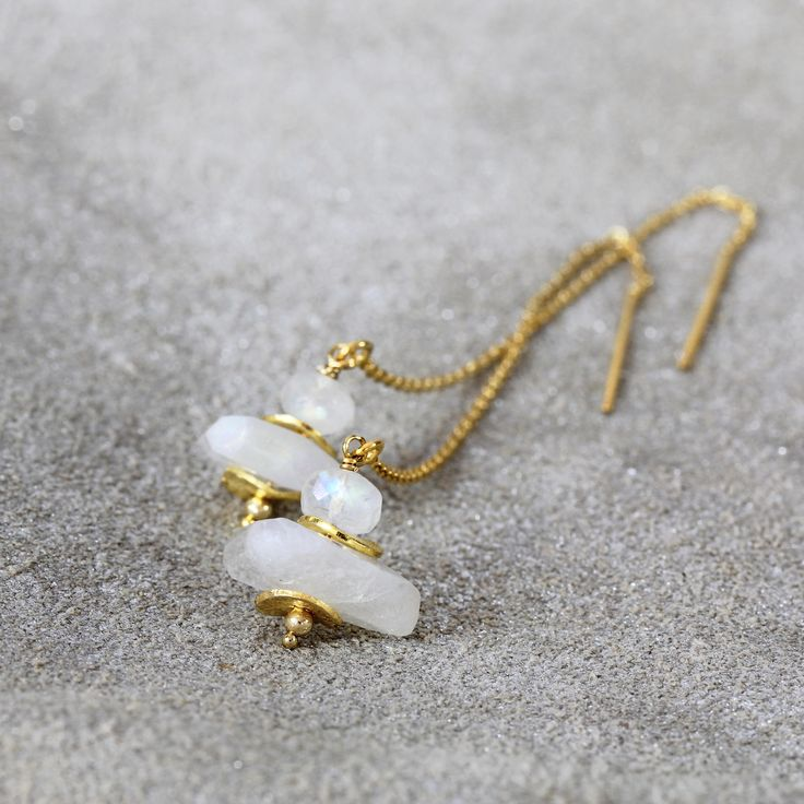 Deze oorbellen opalen Maansteen brengt een zachtheid en een sereniteit uw dagen en nachten. Zij zal een beetje sparkle, vertrouwen en stijl ook in toevoegen moet u dat ook.  Featuring een regenboog Maansteen juweeltje zat bovenop een melkachtig Maansteen nugget, met gouden lichtflitsen en accenten binnen-tussen. Hung van elegante 14 k goud gevuld threader ketens. U kunt de lengte van de hangende pak-draag ze korter voor werk misschien, aanpassen en vervolgens langer voor een avondje uit…