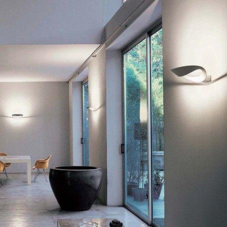 Cette applique murale est dessinée par Eric Solé pour Artémide. Cette lampe Mesmeri diffuse avec originalité une lumière indirecte très agréable. Un design exceptionnel pour votre intérieur.
