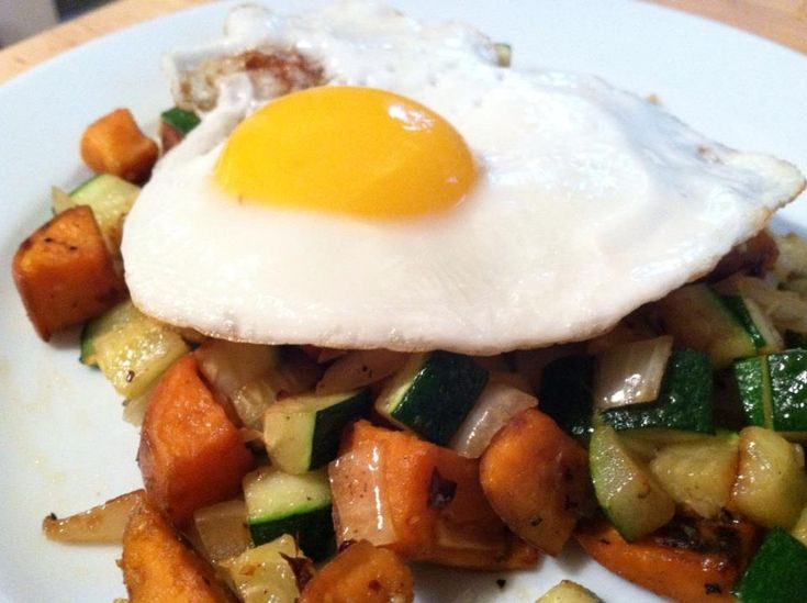 Sweet Potato & Zucchini Hash w/ Fried Egg | The Thin Twin #paleo