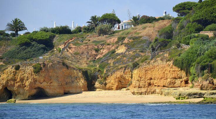 Vilamourassa lomaillaan pitkän hiekkarannan edustalla hyvinhoidetun loma-alueen palveluista nauttien. Upeat Algarven rannikon maisemat houkuttelevat retkeilemään ja lähikaupungit ovat kätevästi bussimatkan päässä. Viihtyisässä huvivenesatamassa iltaa vietetään Vilamouran tapaan tyylikkäästi ja ravintoloissa herkutellaan merenantimilla.  #Aurinkomatkat #Portugali #Vilamoura #matkailu #AurinkoVilamoura
