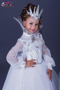 Купить или заказать Костюм снежной королевы в интернет-магазине на Ярмарке Мастеров. карнавальный костюм Снежной королевы для девочки комплектация: платье, плащ с воротником, корона 134-146+500…