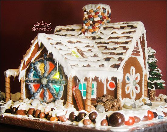 gingerbread houses   Winter ski chalet gingerbread house made of gingerbread cookies, royal ...