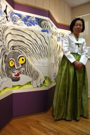Song's paintings are done in the Minhwa style.