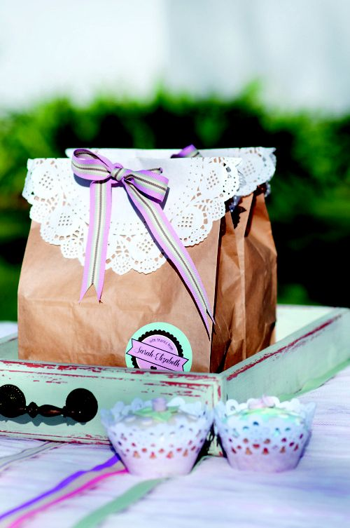 Vintage party theme: You can also use doilies and ribbon to round off the party packs.