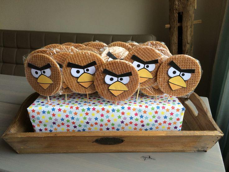 Traktatie Angry Birds stroopwafel! Geprikt in een ingepakte schoenendoos :)