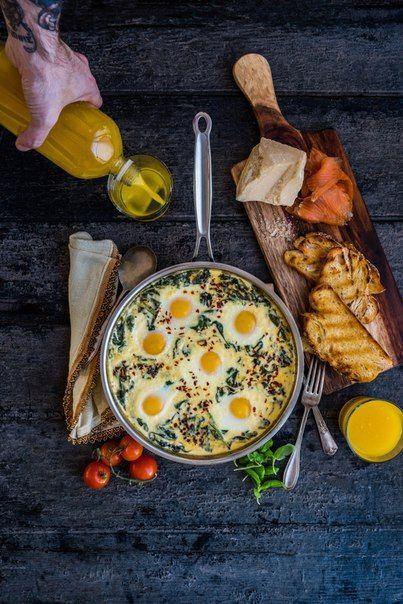 Запеченные яйца в сырно - сливочном шпинате