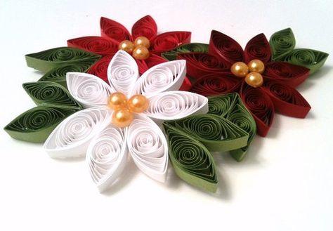 Diese drei schönen Weihnachtsstern-Blüten wurden vollständig aus Papier quilling Streifen hergestellt. Jede Blume misst zwischen 3,5 bis 4,5 Zoll von Blatt zu Blatt und ist ca. 1/4 Zoll dick. Drei gold farbigen Hälfte Perlen schmücken das Zentrum der jede Blume. Die drei Blumen abgebildet sind in einen tief purpurrot, strahlend weiß und Urlaub rot, alle mit einem Salbeiblatt grün abgeschlossen. Ein Metallfaden wird jeder sie perfekt von einem Weihnachtsbaum, Flasche Wein, oder sonstwo hängen…