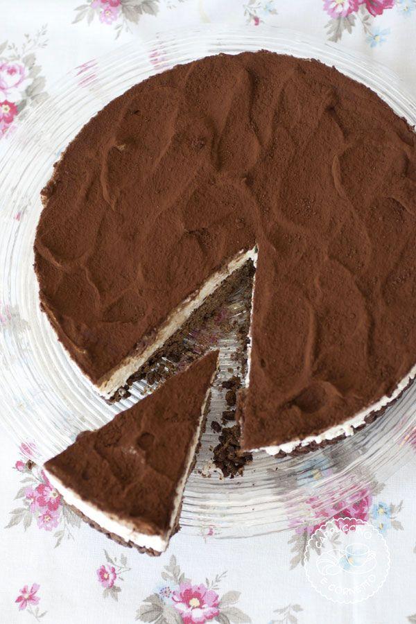 """Non avevo idea di come chiamare questa torta! Il titolo spiega tutto…o quasi. Avrei dovuto scirvere, per la precisione: Torta fredda con base al riso soffiato e cioccolato fondente, con crema morbida al formaggio e copertura di ganache al cioccolato …:O forse un po' troppo lungo !!! Potevo anche chiamarla """" una strana CheeseCake"""" perchè …"""