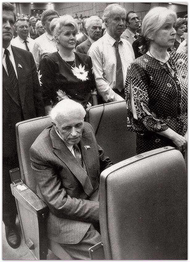 Сахаров при исполнении советского гимна